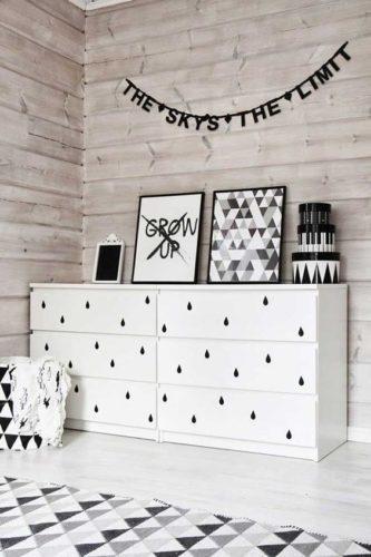 12 ideias baratinhas e rápidas faça você mesma ! Adesivo preto em forma de gota na frente das gavetas