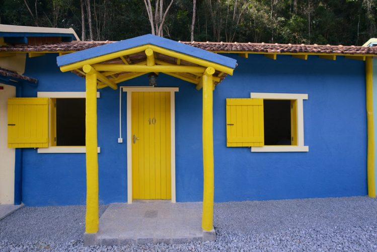 Provence, uma pousada irresistível na serra fluminense. Entrada azul e amarela do chalé 10