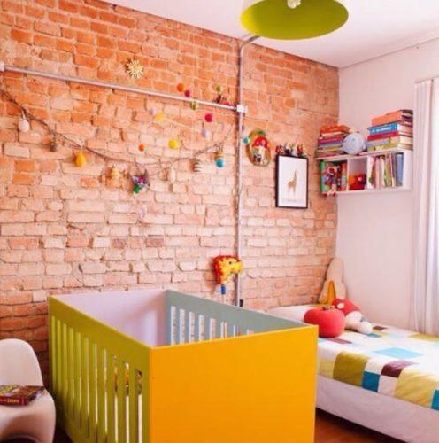 Tijolinho aparente na decoração. No quarto de bebe , um ar rustico e aconchegante .