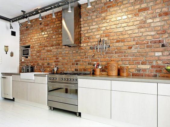 Tijolinho aparente na decoração. em toda a extensão da parede da cozinha, passou um ar de industrial.