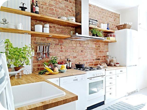 Tijolinho aparente na decoração. Nessa cozinha , uma sensação aconchegante.