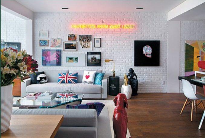 Tijolinho aparente na decoração. Pintado de branco, piso em madeira.