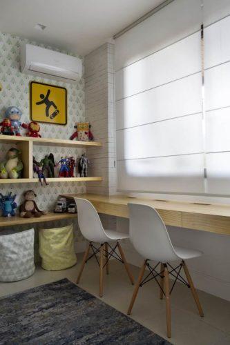 Bancada de estudos, com projeto de marcenaria da arquiteta. Foto: Denilson Machado - MCA Estudio