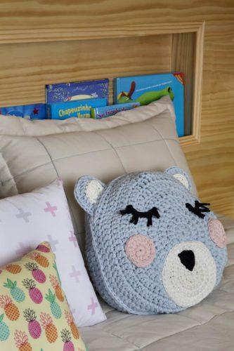 Detalhe do porta livros embutido na cabeceira da cama. Foto: Denilson Machado - MCA Estudio