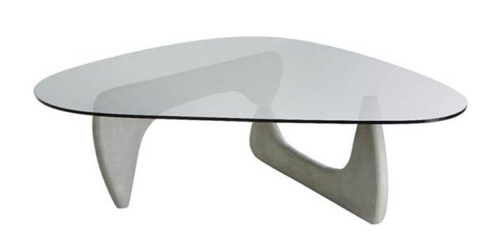 Mesa de centro NOGUCHI assinada por Isamu Noguchi com base em cimento e tampo em vidro na arquivo contemporaneo