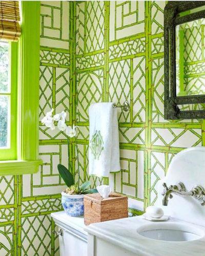lavabo com papel de parede de treliça