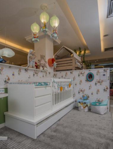 Primeira Mostra Carioca de Decoração Infantil. Quarto de bebe decorado com o tema de balões, bebe aventureiro.