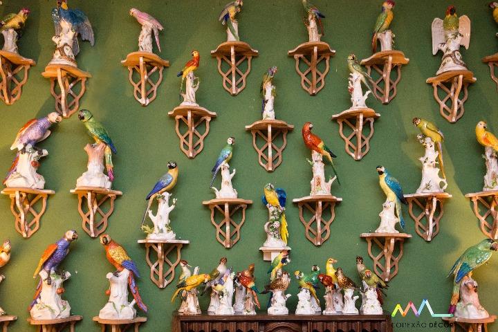 Conectadas com Antonio Neves da Rocha e sua casa. Coleção de pássaros em porcelana alemã.