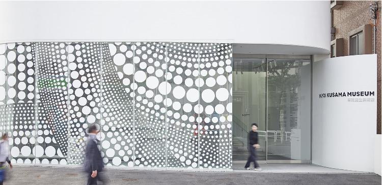 Yayoi Kusama, uma das maiores artistas pop japonesas, ganha documentário. Foto do fachada museu