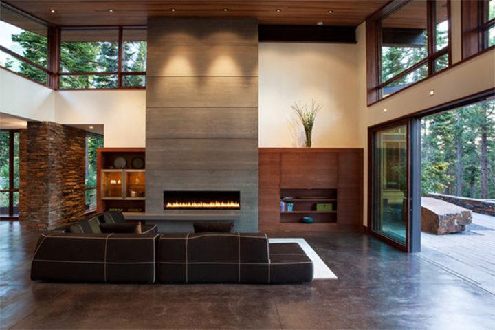 A lareira em cimento queimado se destacando do piso e meia parede de madeira