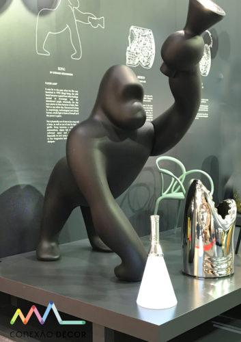 O gorila luminária, em parceria com a Studio Job da Seletti