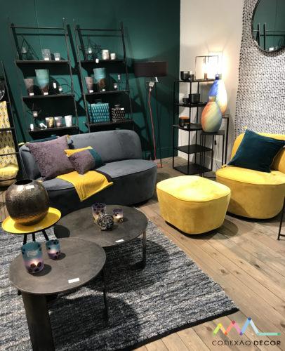 ambiente com paredes verdes e poltrona amarela na maison&objet paris