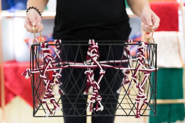 Soluções criativas, com baixo custo e design arrojado. Detalhes na decoração como essa cesta com cordas .