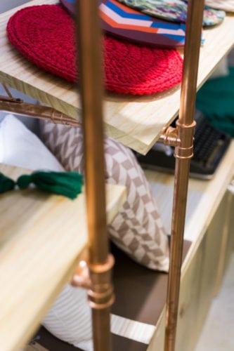 Soluções criativas, com baixo custo e design arrojado nessa estante em madeira Pinus e tubos de PVC pintados com colorjet na cor cobre.