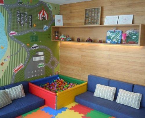 Brinquedoteca com papel de parede e piscina de bolas