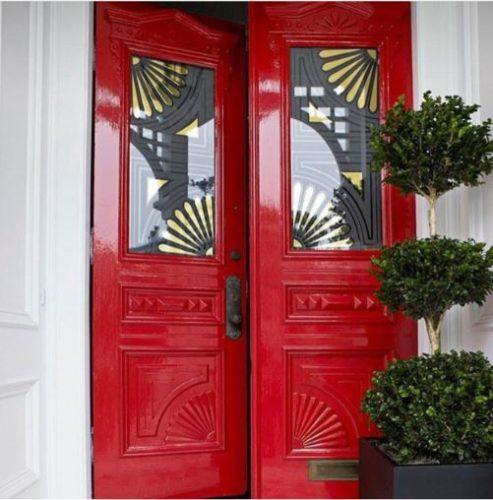 portas coloridas vermelha com vidros decorados