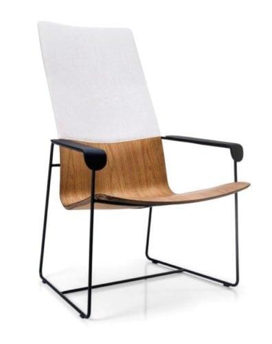 Poltrona da Carbono Design, em madeira com braços na cor preta e parte do encosto branca.