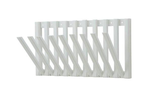 Rack de Andre Pavan da Carbono Design. Peça retangular em madeira com peças retrateis que funcionam com um rack , um tipo de pendurador.
