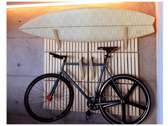 Carbono Design, Rack desenho de Andre Pavan. Módulos retangulares em madeira com partes flexíveis.