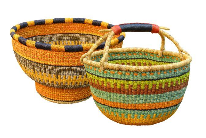 cestos africanos de fibra natural tingida por 600 reais sem alça e 1.200 reais com alça na RUG HOME
