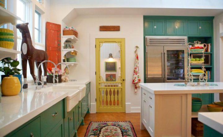 A Design de Interiores e decoradora Alison Kandler. destaque na porta amarela