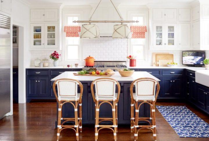 A Design de Interiores e decoradora Alison Kandler. Cozinha com armários em azul navy