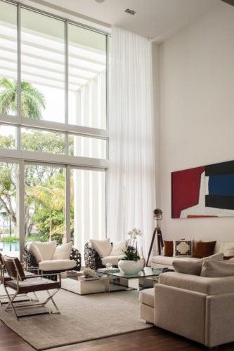 sala de estar com quadro do artista Kakati de Paiva do projeto de nayara macedo em Miami