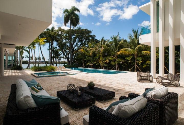 Espaço da piscina no projeto de Nayara Macedo em Miami