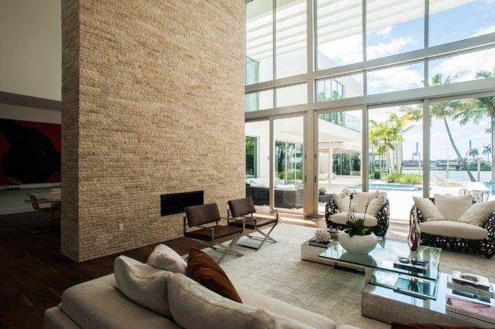 Sala de estar do projeto de Nayara Macedo em Miami