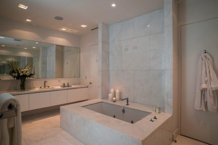 banheiro da suite no projeto de Nayara Macedo em Miami