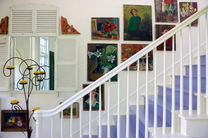 A Design de Interiores e decoradora Alison Kandler. Detalhe da decoração, degraus na escada na cor lavanda