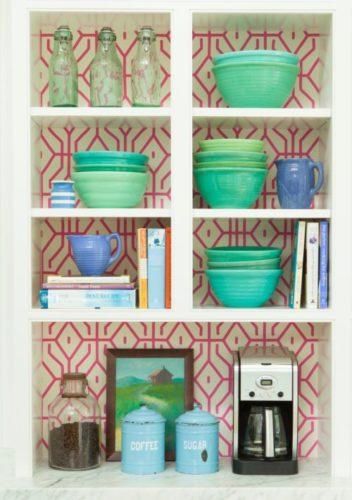 Detalhes dos nichos forrados com papel de parede, decoração Alison Kadler.