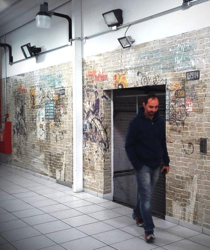 corredor com papel de parede de anna milliet
