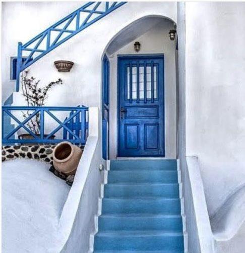 Portas de entradas coloridas. Porta azul em uma casa na Grécia.