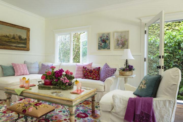 A Design de Interiores e decoradora Alison Kandler. Decoração da Sala de estar com destaque para o tapete florido