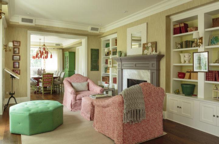 A Design de Interiores e decoradora Alison Kandler. Sala de estar com poltronas estampadas