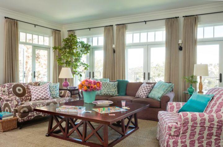A Design de Interiores e decoradora Alison Kandler. Decoração da sala de estar com misturas de estampas nos tecidos.
