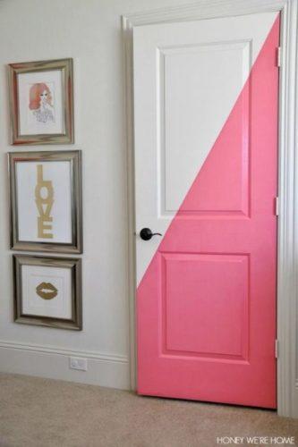 Porta de entrada da casa pintada de branco e rosa