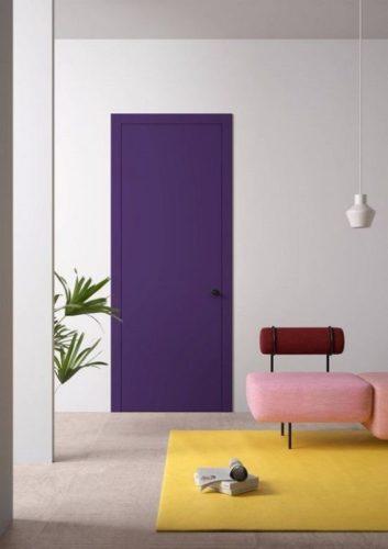 Porta de entrada da casa pintada de roxo