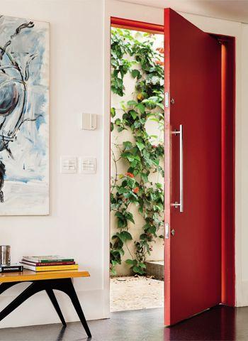 Porta de entrada da casa pintada de vermelho