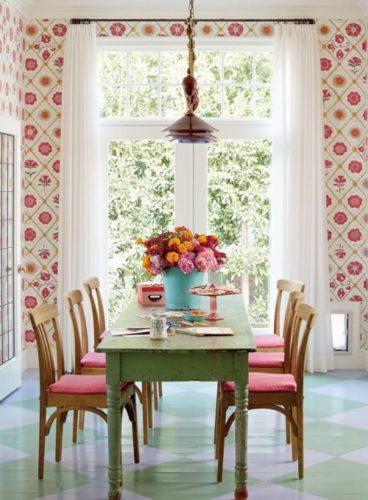A Design de Interiores e decoradora Alison Kandler. Sala de jantar revestida com tecido floral.
