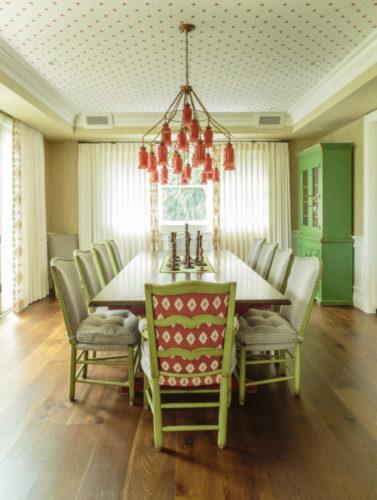 A Design de Interiores e decoradora Alison Kandler. Teto revestido com papel de parede na decoração dessa sala de jantar.