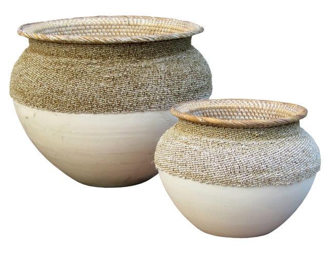 vasos tailandeses em madeira pintada de branco e rattan bordado com miçangas por 450 o maior e 350 reais o menor na RUG HOME: