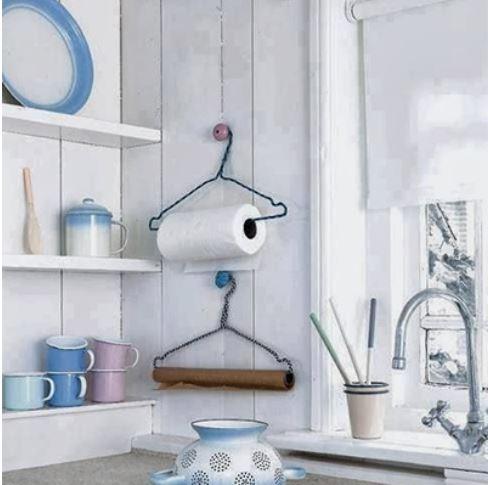 cabides como suporte de papel para ideias criativas e charmosas para a cozinha