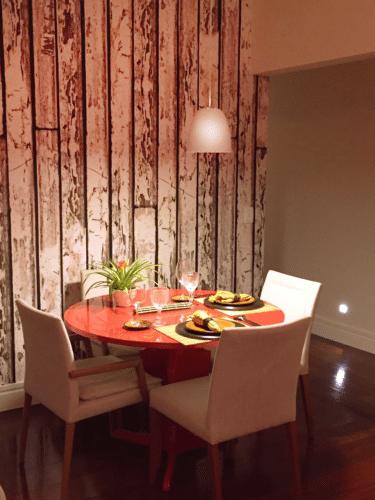 sala de jantar com papel de parede de Anna Milliet
