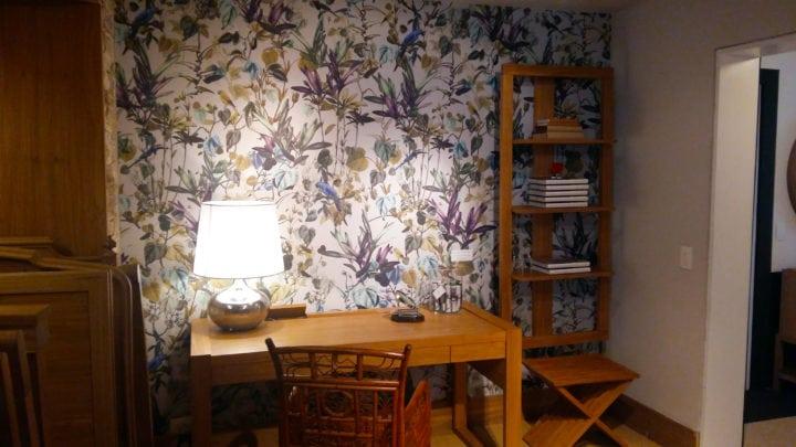 escritorio com papel de parede de anna milliet