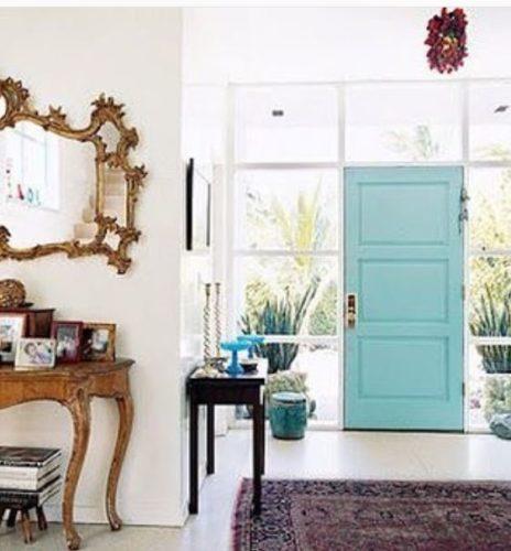 Portas de entradas coloridas. Decoração clássica com uma pitada de cor na porta.