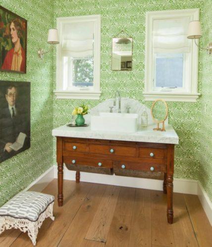 Lavabo decoração Alison Kanlder , paredes revestidas com papel de parede verde