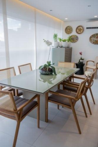 mesa de jantar na varanda do apartamento pequeno por Bordin&Soares