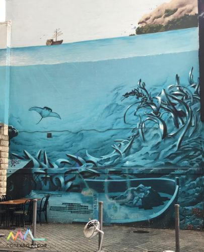Um dos vários murais no Marché aux Puces